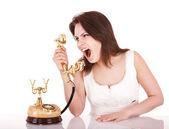 Jeune agressive avec téléphone. — Photo