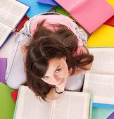 Dívka čtení hromady barevné knihy. — Stock fotografie