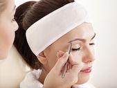 Tweezing brwi przez kosmetyczki. — Zdjęcie stockowe