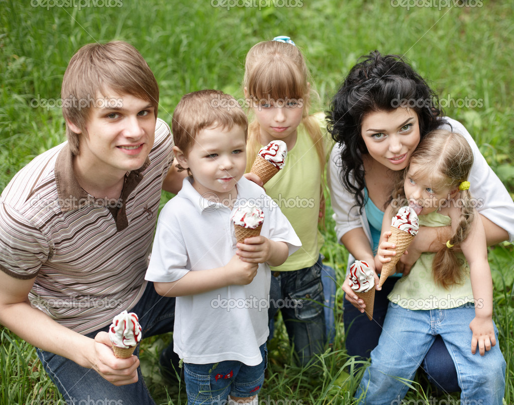 Family with kids eating ice-cream. — Stock Photo ...