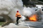 Man extinguishes fire — Stock Photo