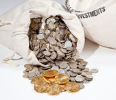 Pytel stříbrných a zlatých mincí — Stock fotografie