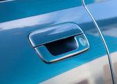 Mavi araba kapı kolu — Stok fotoğraf