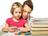Niño y niña leyendo un libro — Foto de Stock