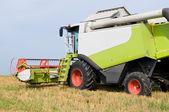 Trabajo combinan cosecha en campo — Foto de Stock