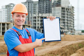Construtor sorridente com prancheta — Foto Stock