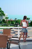 Młoda piękna kobieta stojąc na balkonie hotel — Zdjęcie stockowe