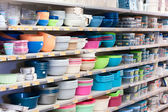 Plastic dishes on shop`s shelves — Stock Photo
