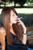 年轻女性吸烟室外 — 图库照片
