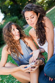 Two Girls at Park Looking Photos in the Camera — Stockfoto