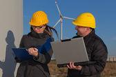 Twee ingenieurs in wind turbine generator elektriciteitscentrale — Stockfoto
