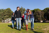 Walking and talking im park college-studenten — Stockfoto