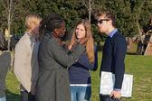 Studentów chodzić i mówić w parku — Zdjęcie stockowe