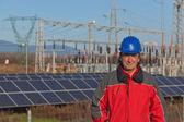 L'ingegnere al lavoro in una centrale elettrica solare — Foto Stock