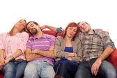 Quatro meninos e meninas dormindo no sofá — Foto Stock