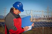 Ingenjör på arbete i en solenergianläggning — Stockfoto