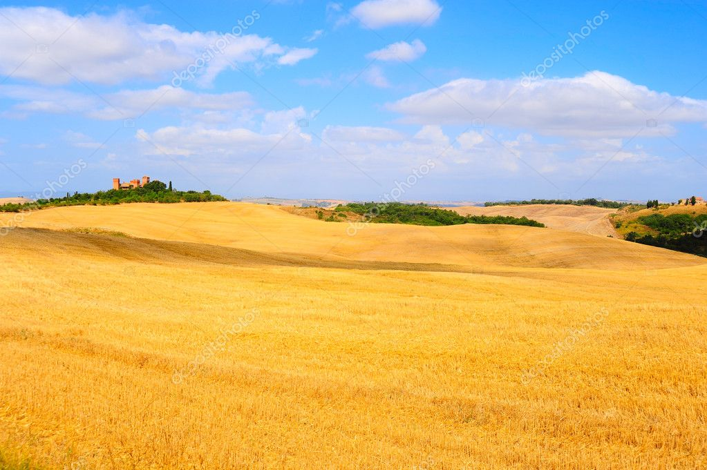 Farmhouse Surrounded By Sloping Meadows Of Tuscany — Zdjęcie stockowe #4765929
