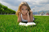 Girl reading outdoor — Stock Photo