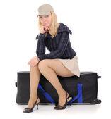 Den blonda som sitter på resväska — Stockfoto