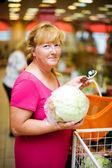 домохозяйка, покупая капусты — Стоковое фото