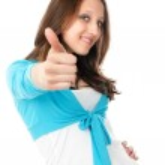başparmak kadar gösteren genç bir kadın — Stok fotoğraf