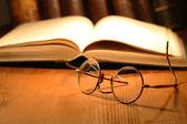 Eski gözlük ve kitaplar — Stok fotoğraf