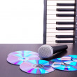 Foto Stock: Microphone,cd discs and electronic keyboard
