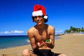 Santa claus con regalos en la playa — Foto de Stock