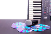 Microphone,cd discs and electronic keyboard — Fotografia Stock