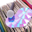 Microphone and compact disks on records - Stockfoto