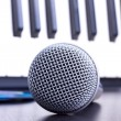 Microphone and piano keyboard - Stockfoto