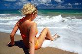 Mulher sensual relaxante na praia — Foto Stock