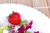草莓和沙拉盘 — 图库照片