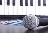 Microphone, electronic keyboardand cd discs — Stock Photo