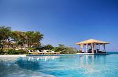 Casa estiva di lusso con piscina sulla spiaggia — Foto Stock