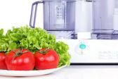 Tomates com processador de salada e de cozinha verde — Foto Stock