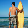 Surfer holding a surf board — Stock Photo