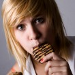 Woman eating chocolate chip cookies - Stock fotografie