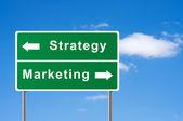 Sign strategie marketingu pozadí oblohy. — Stock fotografie