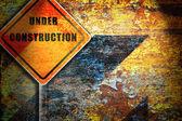 建設さびで覆われた壁の下の道路標識. — ストック写真