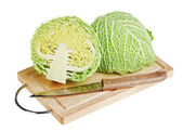 Repollo verde fresco con cuchillo en tablero de madera para picar sobre whi — Foto de Stock