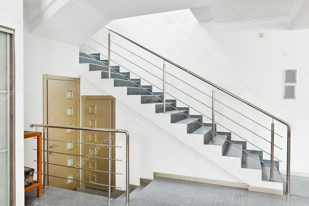 salle moderne avec int rieur escalier en m tal dans un style minimaliste photographie. Black Bedroom Furniture Sets. Home Design Ideas