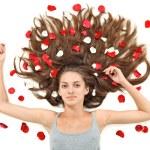 belle jeune femme brune avec des poils longs disséminés et ros — Photo