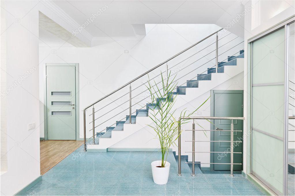 Parte del interior moderna sala con escalera de metal en el minimalismo fotos de stock - Eigentijdse badkamer fotos ...