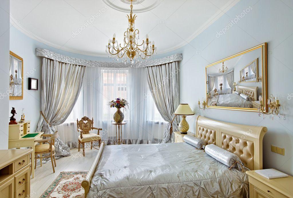 interno in camera da letto di lusso stile classico nei colori blu e ...