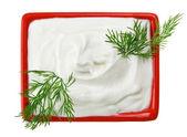 Creme de leite na placa quadrada pequena vermelha com galho de endro — Foto Stock