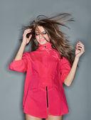 Verward jonge vrouw met lange haren vliegen omhoog gekleed in p — Stockfoto
