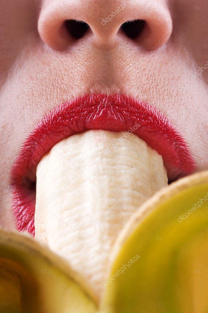 devushka-est-banan-kartinki