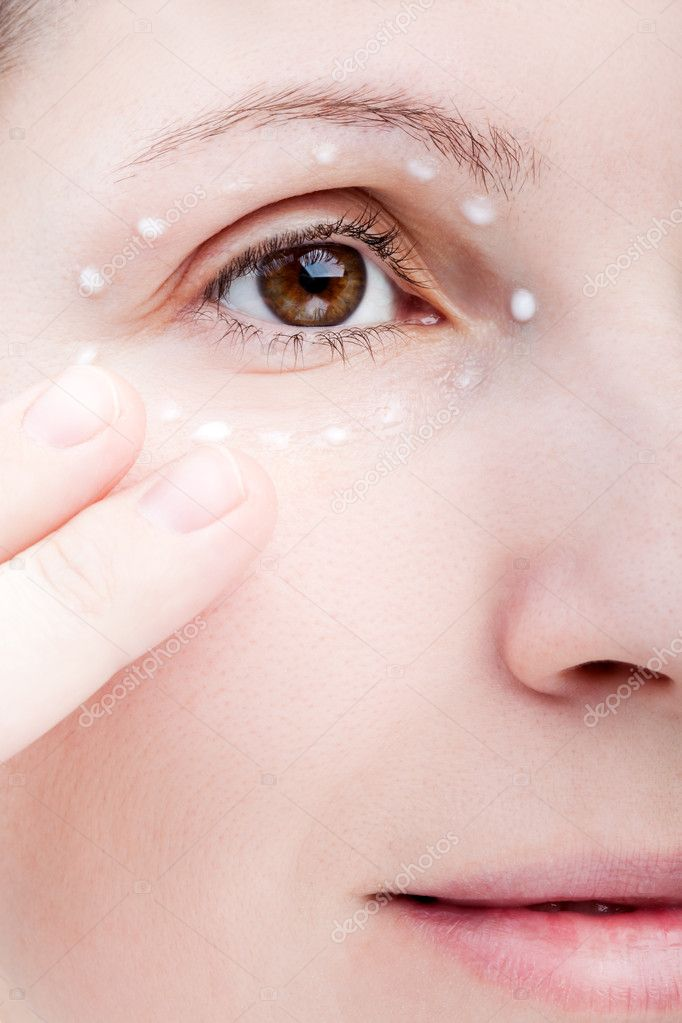 Beauty women applying female eye skin makeup cream — Stock Photo #5014397