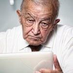 Old man use pc — Stock Photo
